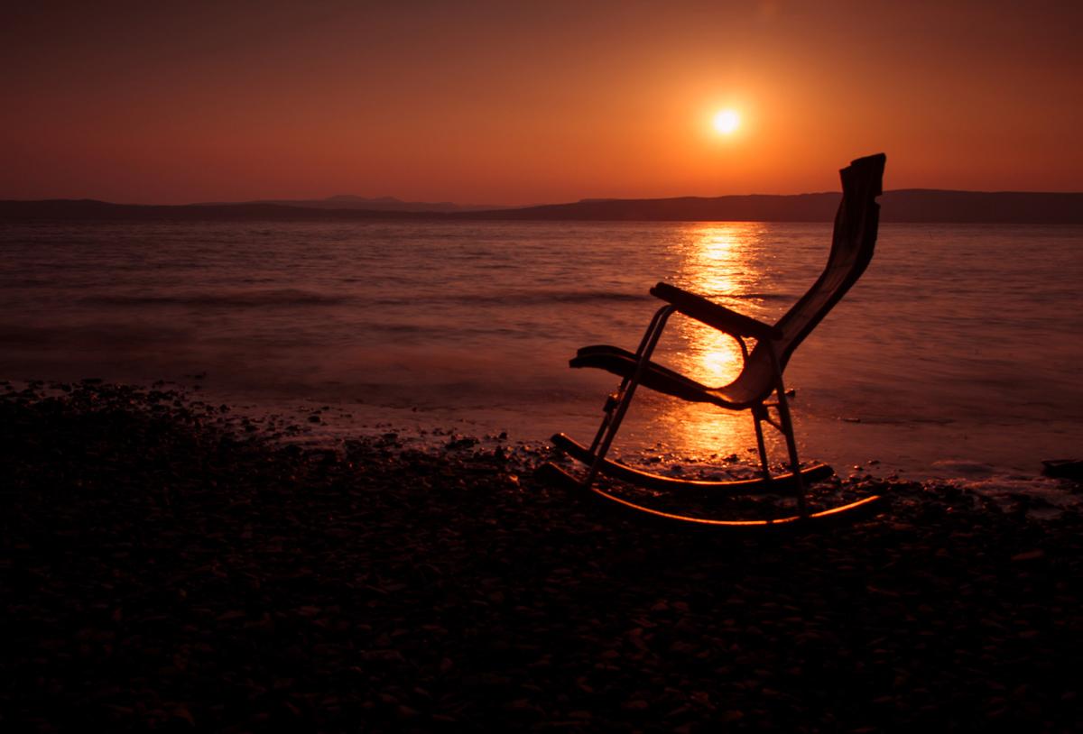 закат у моря шезлонг