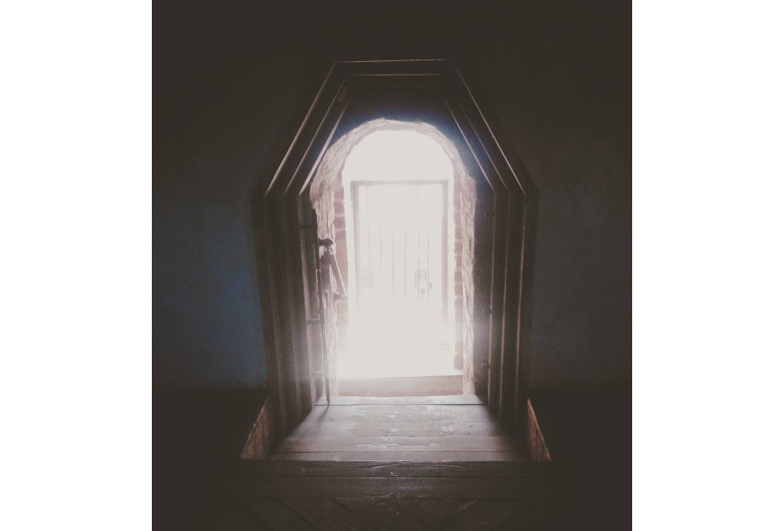 свет в дверном проеме