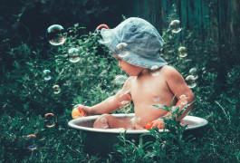ребенок и пузыри